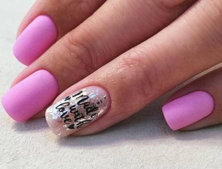 фольга и надписи на розовых ногтях