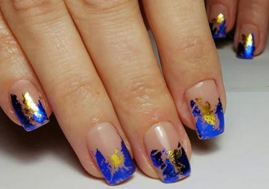ногти с синей и золотой фольгой
