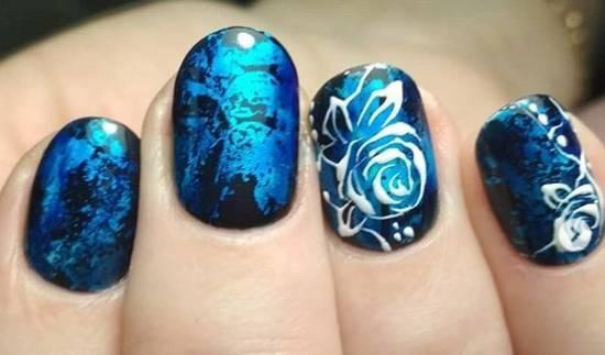 синий маникюр с фольгой и белыми розами