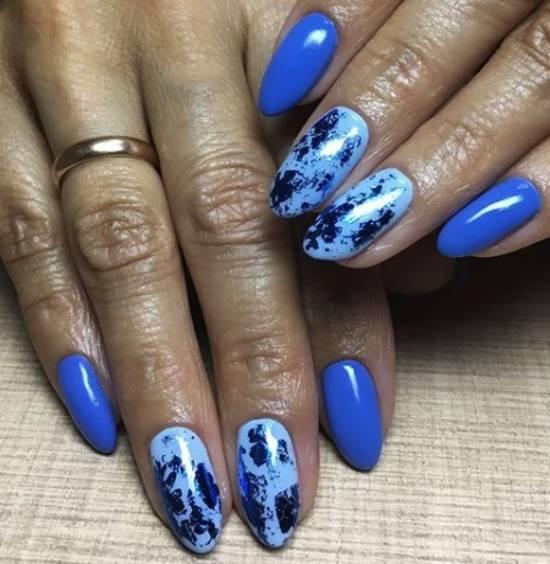 голубой маникюр с синей фольгой