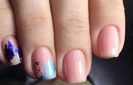 синяя фольга на ногтях