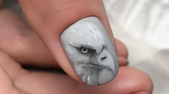 орел на ногтях