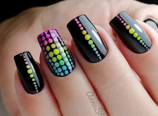 яркие точки на ногтях