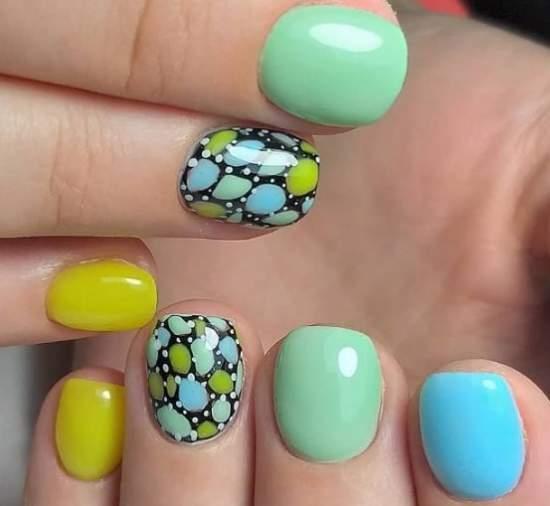яркие ногти с пятнышками