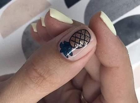 ананас на ногтях