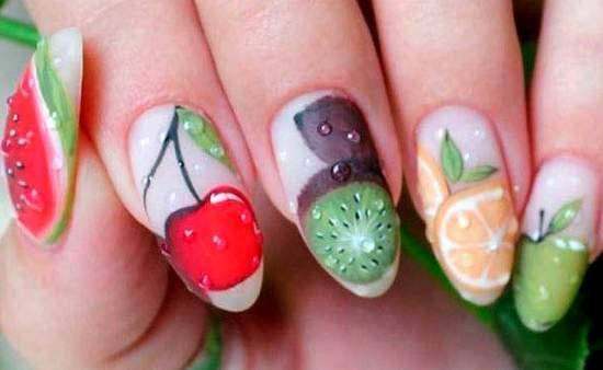 яркий маникюр с фруктами