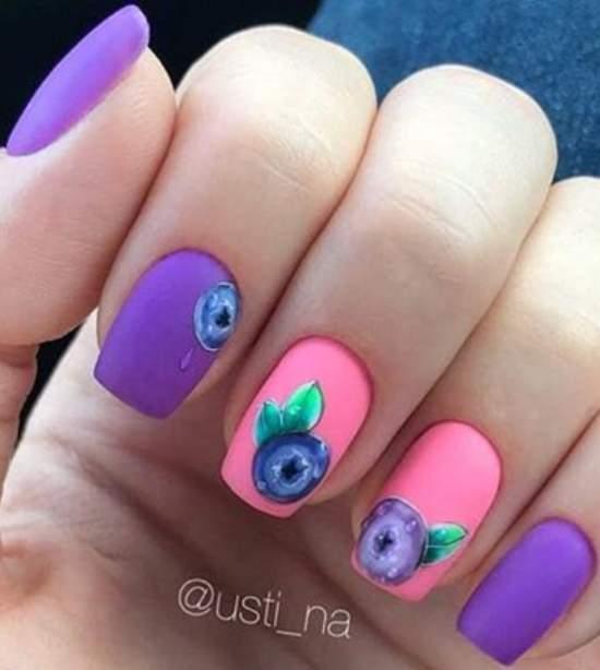 ягоды черники на ногтях