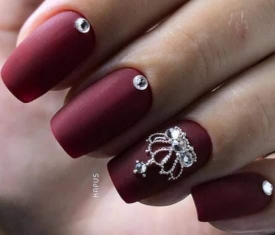корона из страз на ногтях