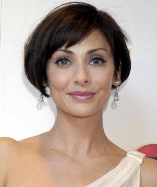 Короткие женские стрижки с косой челкой фото