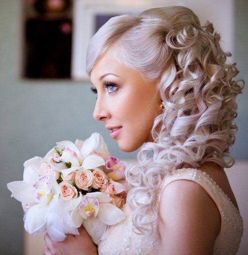 Кудрявые волосы с челкой на бок