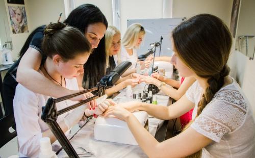 Чему обучают на курсах маникюра и наращивания ногтей?