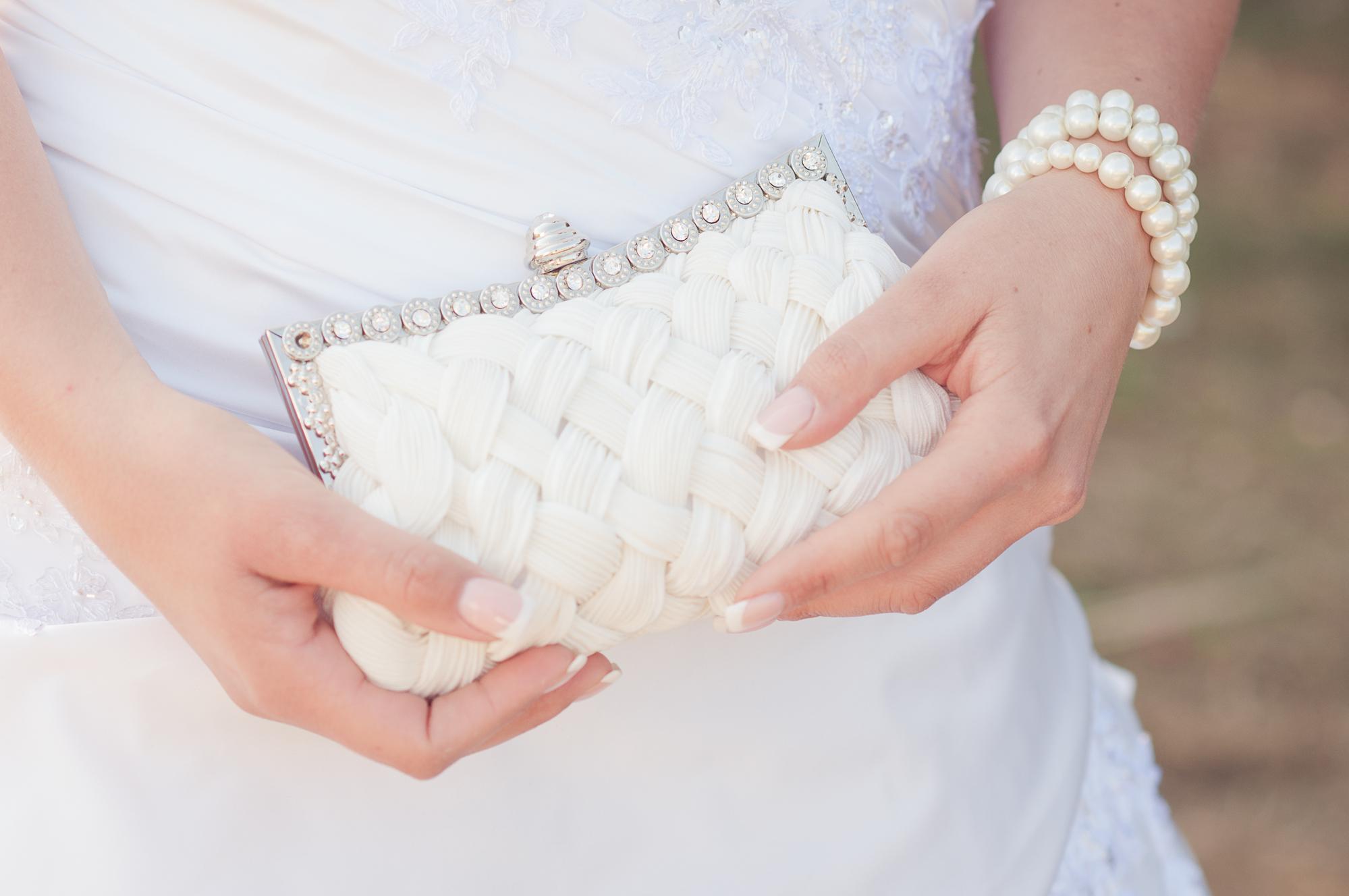 Изысканный образ невесты: как подобрать сумочку?